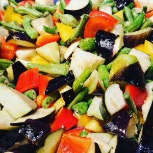 おはようございます。☀️  本日も、ええ塩梅の気温ですね! リラックスして参りましょー😌  8月25日は、いわきFCパークにてイベント出展になります。   本日のカレー  きのことチャナダルのチキンキーマカレー (ニンニク増しの旨みたっぷりのキーマカレー)  やさしいチキンカレー (トマト増量の夏バージョン)  夏野菜とひよこ豆のカレー (夏野菜をふんだんに使った豆カレー)   皆様のお越しお待ちしております。